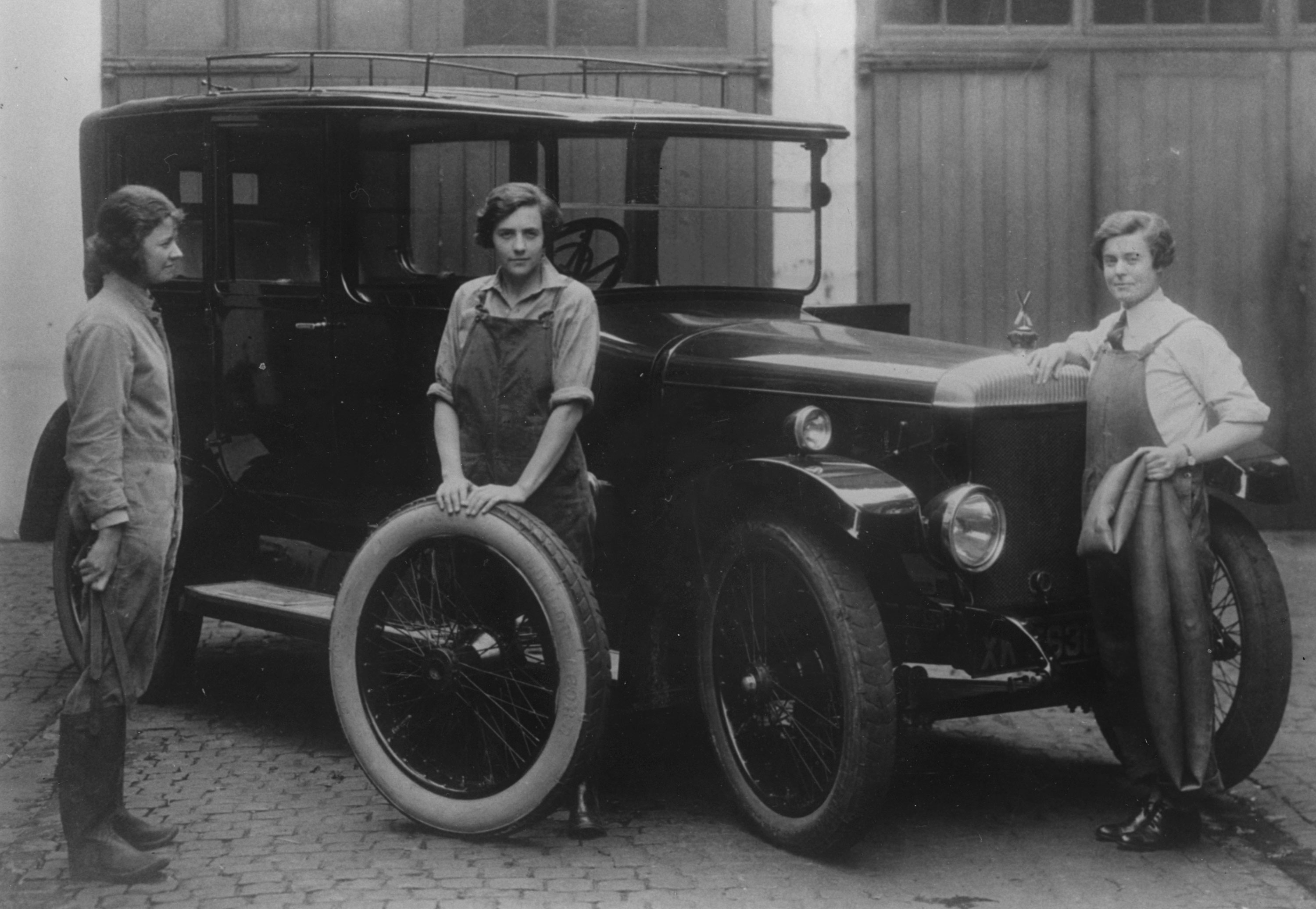 Daimler with women mechanics standing beside, 1914